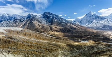 Berglandschap panoramisch uitzicht met blauwe hemel