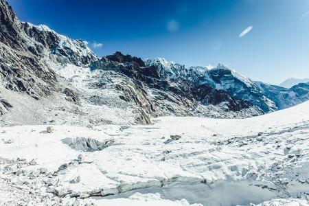 ドラマチックな空の山の風景 写真素材 - 92393234