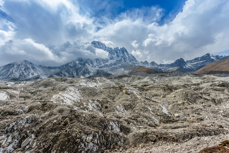Khumbu-Gletscher nahe niedrigem Lager Everest auf Himalajatal, Nepal Standard-Bild - 91266927