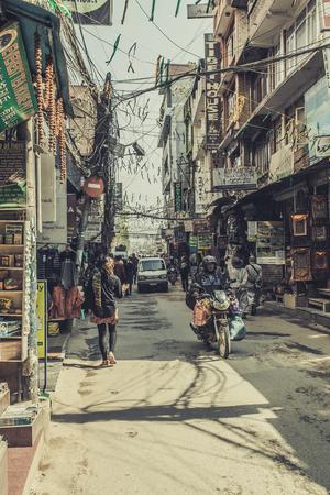 카트만두  네팔 - 2017 년 11 월 14 일 : 카트만두, 네팔의 타멜 지구 (Thamel district)의 화려한 장식물이있는 쇼핑 거리 에디토리얼