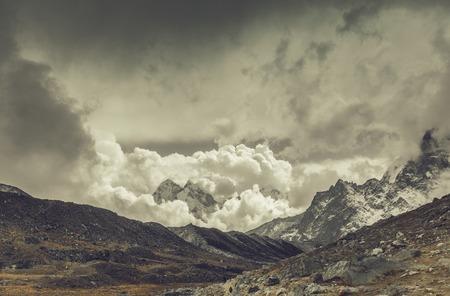 극적인 하늘 산 풍경