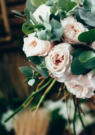 花屋によって作られた花嫁の花の花束の結婚式でピンクのバラ 写真素材