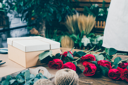 Modern bloemboeket van professionele bloemist in bloemenwinkel