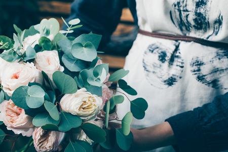 현대 꽃이 게에서 작업하는 꽃집. 그녀의 자신의 비즈니스와 젊은 여자 기업입니다.