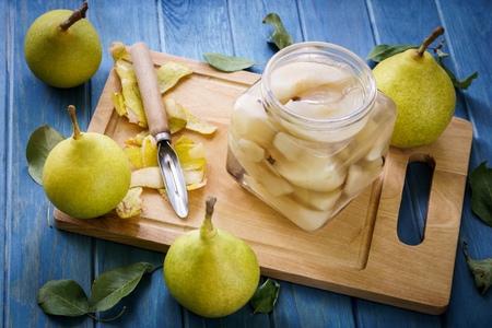 pera: mesa con peras amarillas soldadas Foto de archivo