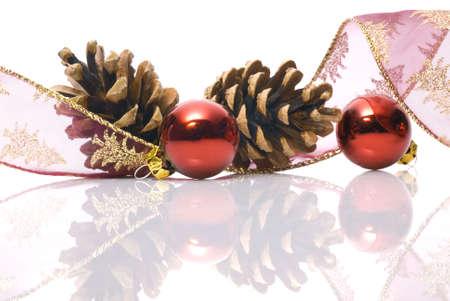 festones: Adornos de Navidad en fondo blanco