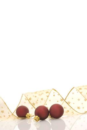 festones: Bolas rojas del sat�n y cinta de oro adornadas con las estrellas en el fondo blanco, marco blanco