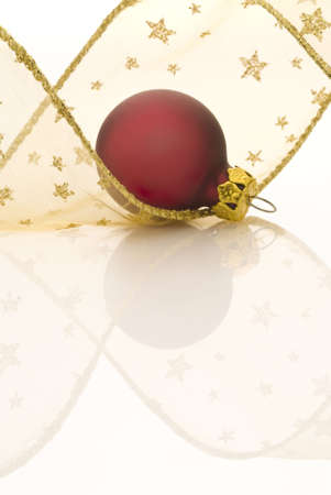 festones: Roja Navidad pelota y cinta de oro sobre fondo blanco