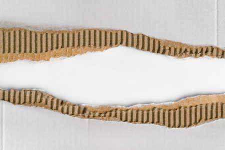 trozos de cartón corrugado desgarrado  Foto de archivo