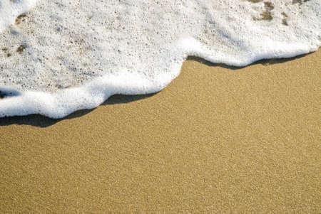 schäumenden Wellen gleiten auf dem Weg zu einer breiten Sand-Kopie Raum Lizenzfreie Bilder