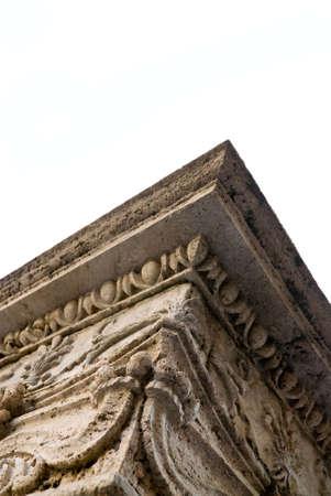 sculpted: oude Toscaanse kolom gebeeldhouwd in calctufa