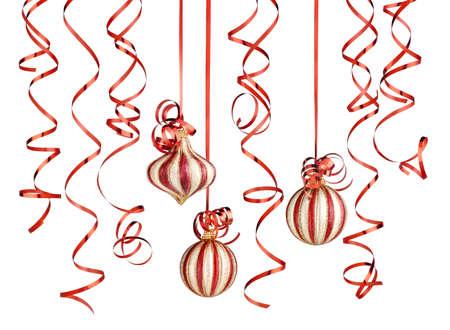 festones: decoraciones de Navidad con cintas y bolas aislados sobre fondo blanco