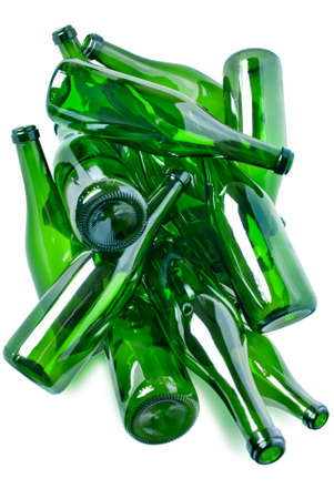 reciclar vidrio: mont�n de botellas de vidrio verde listos para reciclaje aisladas sobre fondo blanco