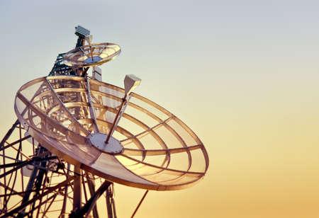Torre de platos en una de las telecomunicaciones en la puesta de sol