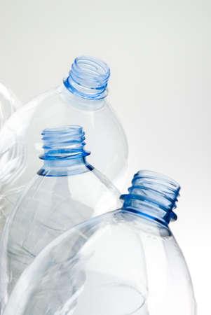 plastico pet: botellas de plástico reciclables sobre fondo blanco Foto de archivo