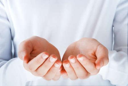 show of hands: mani vuote nell'atto di presentare qualcosa di personalizzabile con un'area vuota Archivio Fotografico