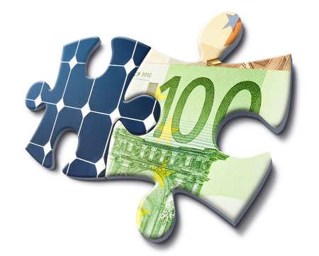 Solarenergie passt mit Geld zu sparen, machte Darstellung mit Puzzle-Karten Standard-Bild