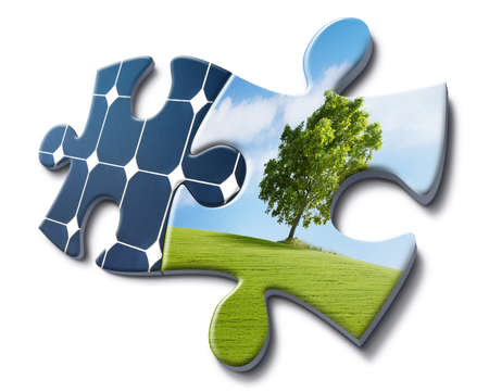 desarrollo sustentable: la energía solar se ajusta con la naturaleza, la representación hecha con las tarjetas de rompecabezas Foto de archivo