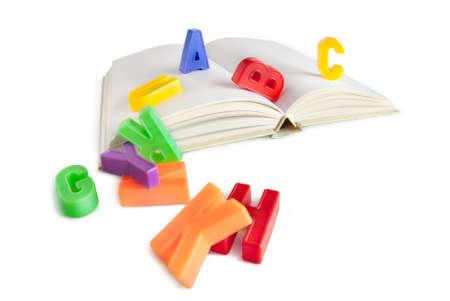 sachant lire et �crire: lettres de l'alphabet sur un livre isol� sur blanc Banque d'images