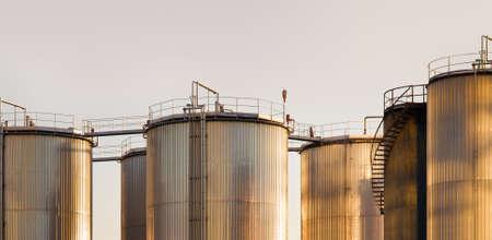 großen Tanks für Benzin und Öl auf den Sonnenuntergang