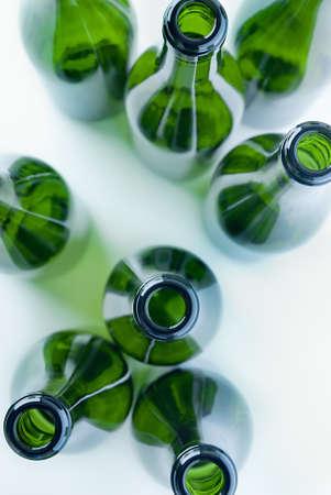 obere Ansicht von wiederverwertbaren Glasflaschen auf weißem Hintergrund