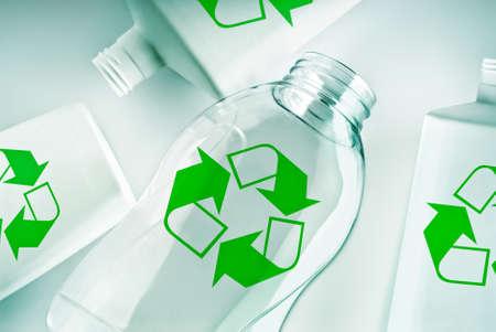 Kunststoff-Behälter mit dem grünen Recycling-Symbol Lizenzfreie Bilder