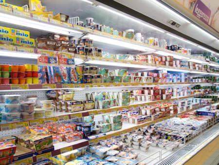 Nahaufnahme von refrigeratedproducts in einem Supermarkt Editorial