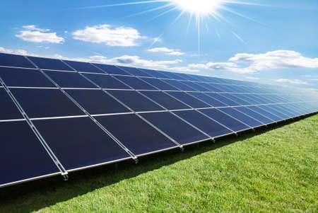 화창한 날에 태양 전지 패널의 관점