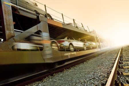 Auto Transport mit dem Zug auf den Sonnenuntergang