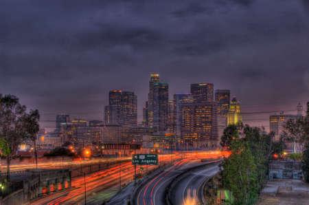 La ligne d'horizon et les autoroutes de Los Angeles la nuit Banque d'images - 36846268