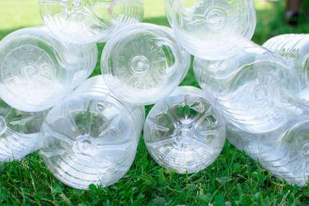 Fondos de botellas de plástico usadas en la hierba, el concepto de ecología. Concepto de separación de residuos.