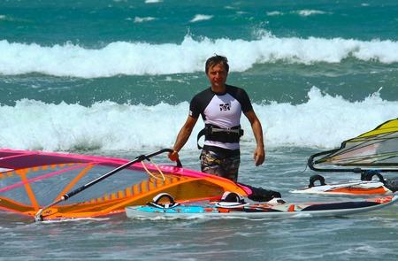 windsurfing: Windsurf hombres con la vela en la mano Foto de archivo