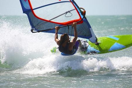 windsurf: Windsurf est� montando en las ondas ocaen