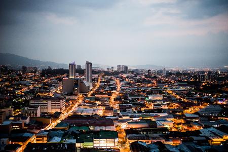 日没時のコスタリカ、サンノゼ市街のパノラマビュー