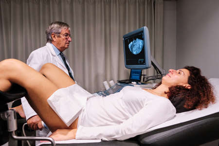 A doctor in gynecology during a diagnose test 版權商用圖片