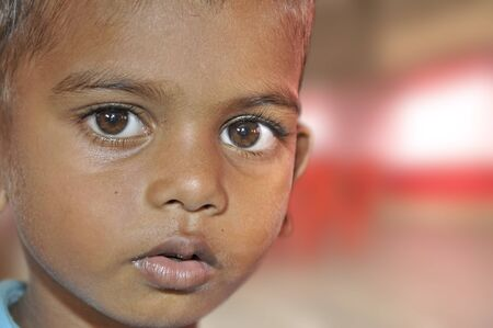 bambini poveri: Diverse organizzazioni internazionali aiutano ai bambini nelle baraccopoli di Mumbai. Questa foto � stata scattata in un incontro dove i genitori parlare loro problemi. 18-10-2010.