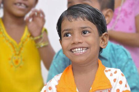 ni�os pobres: Varias organizaciones internacionales ayudan a los ni�os en los tugurios de Mumbai. En esta foto, una chica sonre�r en la clase de una de estas organizaciones en 20-10-2010.