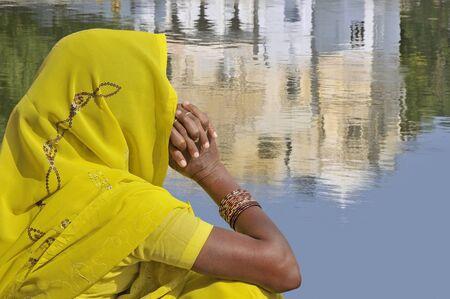 sari: Mujer con sari amarillo en Rajasthan, India.