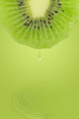 optimismo: Fruta deliciosa y fresca sobre el agua.