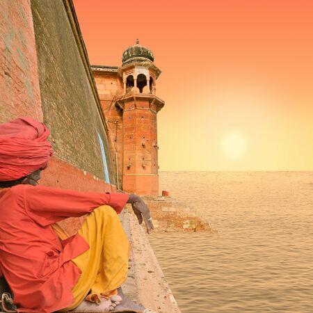 solemnity: Monumento vicino fiume Gange a Varanasi, in India.