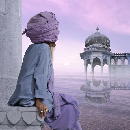Indische oude man mediteren op de Ganges in de zonsopgang.