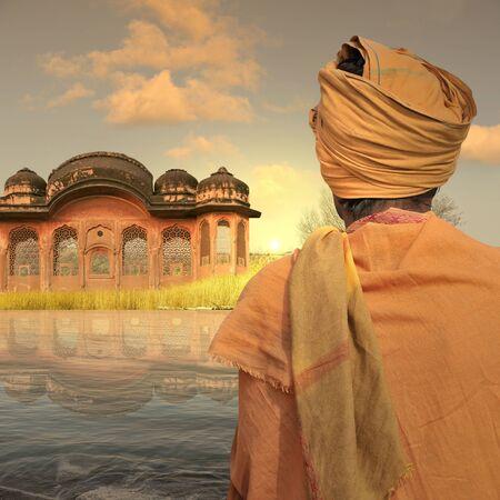 hombre pobre: Pobre hombre cerca de una construcci�n tradicional en la India.