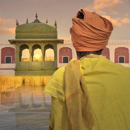 poor man: Pobre hombre cerca del palacio indio en el r�o Ganges. Foto de archivo