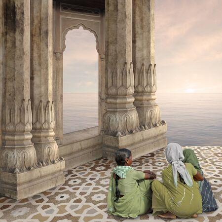 templo: Mujeres cerca de un arco tradicional de la india en un templo hindú.