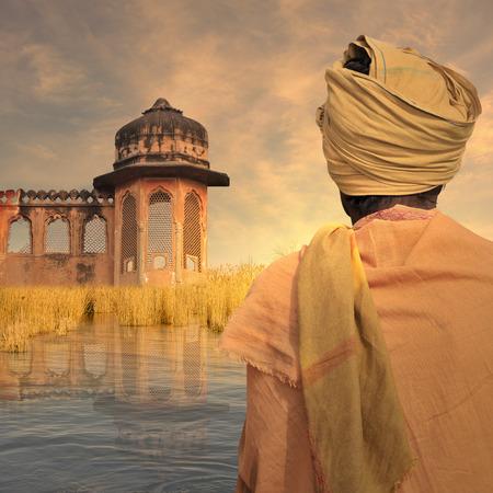 poor man: Pobre hombre cerca del r�o Ganges durante la puesta de sol.