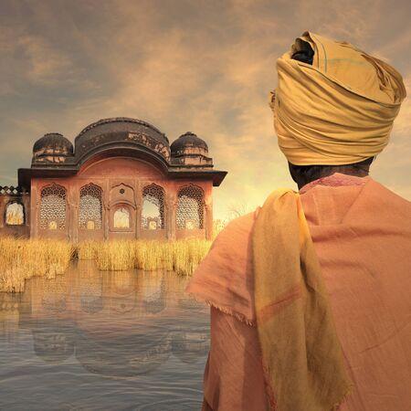 poor man: hombre pobre indio cerca de un antiguo palacio en el Ganges. Foto de archivo
