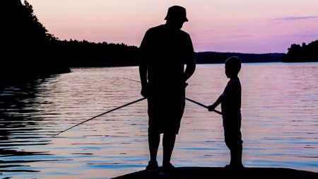 hombre pescando: Padre e hijo silueta Foto de archivo