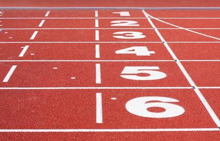pista de atletismo: Ejecuci�n de acabado de la pista. En primer lugar al sexto lugar visible. Foto de archivo