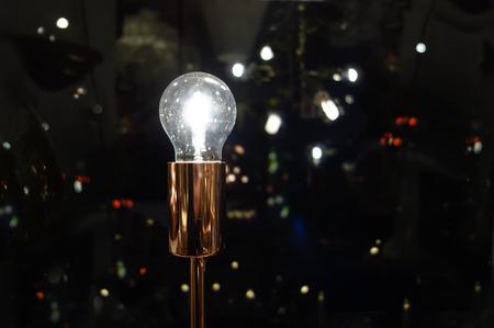 ideas brillantes: Ideas brillantes. Concepto que ilustra las ideas brillantes y una conexi�n a la electricidad, depencenty y la sociedad moderna Foto de archivo