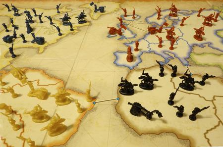 mapa conceptual: juego de mesa la dominación del mundo con figuras de tropas. Símbolo de la política mundial, la guerra y las tensiones. Foto de archivo